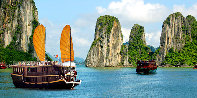 halong-bay-boats-vietnam.640x320